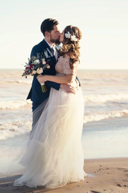 couple de marié s'embrassant sur la plage