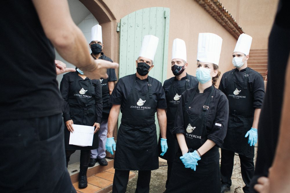 l'équipe du traiteur Jérôme Perche en tenue pour respecter les règles sanitaires