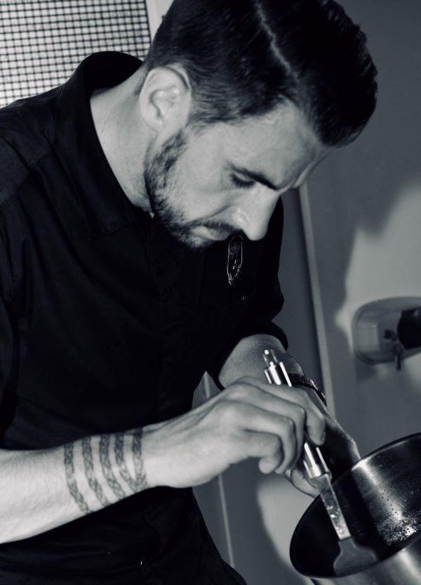 Le Chef Jérôme Perche cuisinant