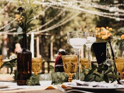 table dressée pour un mariage lors d'un évènement traiteur