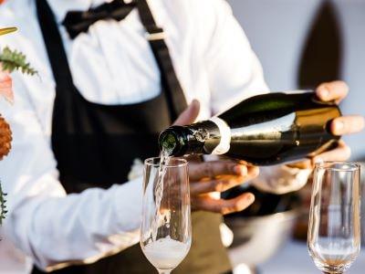 serveur servant du champagne lors d'un évènement professionnel